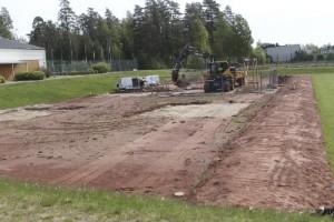 Första hindren monteras i nya aktivitetsparken
