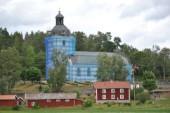 Därför är kyrkan inpackad i blå plast
