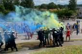 TV-klipp: Se studenterna springa ut