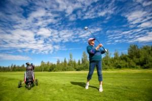 "Bildextra: En skön dag ute på golfklubben • Paret Niemi har spelat 47 år i Luleå: ""Golfbanan blir vår oas"""