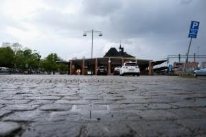 En bil väntade på Sanije vid stationen - men ingen skickades för att möta henne