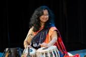 Indiskt världsnamn står på scenen på Visby-klubb