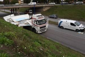 """Lastbil körde in i bron vid Beckershovsrondellen: """"En klassiker i Norrköping"""""""