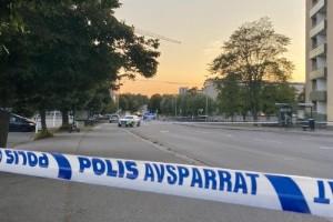 Två unga män svårt skadade vid skjutning i Berga