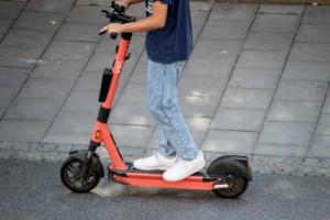 Pojke bestulen på sin elsparkcykel – vuxen sprang ikapp tjuven