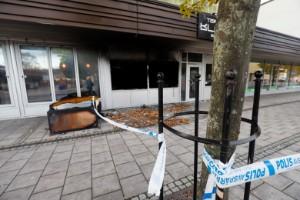 """Attentat mot frisörsalong – totalförstördes i anlagd brand: """"Två personer kastade in något föremål"""""""