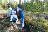 """Mikaela, 33, visar hur du lyckas med skogsplanteringen: """"Plantan ska sitta högt och det är viktigt att röja i rätt tid"""""""