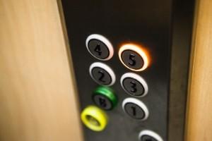 Slog sönder hiss för 440 000 kronor