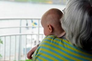 Vågar vi låta barnen träffa farmor igen?