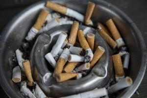 Rökte på balkongen – tvingas flytta