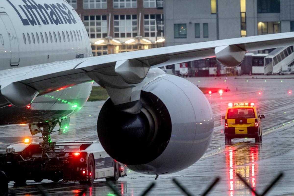 Lufthansa halverar förlusten