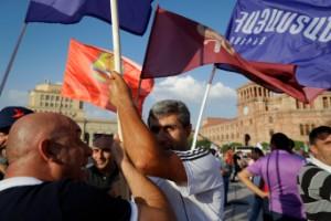 Massiva manifestationer inför Armenienval