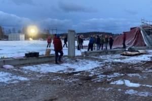 Arbetet med att få upp fotbollshallen avbröts i kamp mot klockan – och nu kommer ovädret