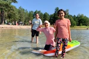 """""""Vi hade inte kunnat åka hit annars"""": Manal kan ta sina barn till stranden tack vare badbussen i Nyköping"""