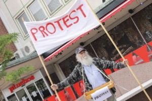 """Enmansdemonstration: """"Jag är våldsamt irriterad"""""""