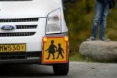 """Skolbussen stannar 45 minuter från deras hem – tvingas gå längs hårt trafikerad väg • Förvaltningsrättens dom: """"Inte orimligt"""""""