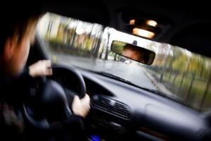 Berusad och påtänd nekar till bilfärd och smitning