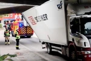 Lastbil körde in i bro – inga personskador