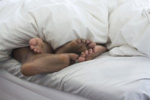 Nattarbetande assistent sparkad – hade sällskap i sängen på jobbet