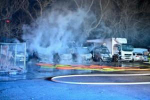 Fem lastbilar totalförstörda i misstänkt mordbrand