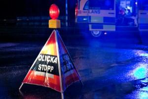 Två personer i trafikolycka – bil körde in i träd