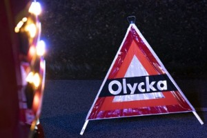 Kraftigt demolerad bil efter olycka – tre till sjukhus