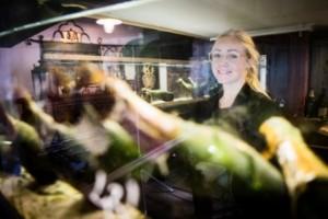 Louise korkar upp 100-årig champagne från ett skeppsbrott – flaskor för 50 000 kronor