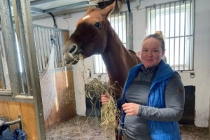 """Hippologen Sandra, 27, hittade drömjobbet i Strängnäs: """"Jag har hamnat helt rätt"""""""