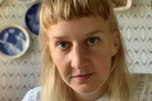 """Konstnären Anja från Piteå skapar inför publik i Borås: överbliven textil blir konst: """"Känns lite läskigt"""""""