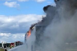 """Buss brinner på E4 vid Lövånger – ett körfält är blockerat: """"Passagerarna evakuerade"""""""