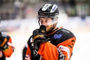 Förre Luleå Hockey-backen står utan klubb och lider med gamla laget