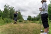 Här spelar de äldre coronaanpassad golf