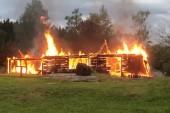 Åskan slog ned i k-märkt lada - Brann ned till grunden