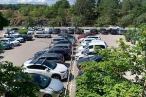 Turistboom ger överfulla parkeringar i Trosa centrum – men inga fler i sikte