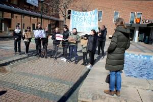 Ridskoleelever samlades utanför stadshuset – protesterade mot byggplaner i hagen