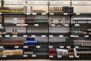Tomma hyllor på Systembolaget – brist på öl och rosé