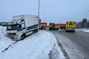Lastbil krockade – står i dike