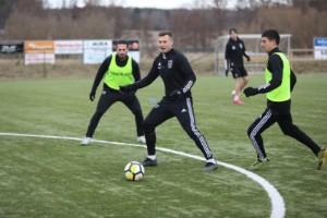 Hotet om ännu senare kick off irriterar lokala tränare