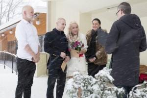 Paret valde coronabröllop – gifte sig utomhus i snöstorm