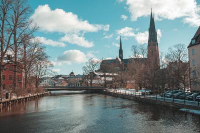 Å som rinner genom stad i Uppland